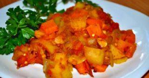диета кето - меню из рагу с кабачками, беконом, петрушкой, топленым маслом и луком