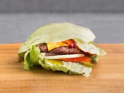 кето диета меню - бургер с яйцом авокадо и луком