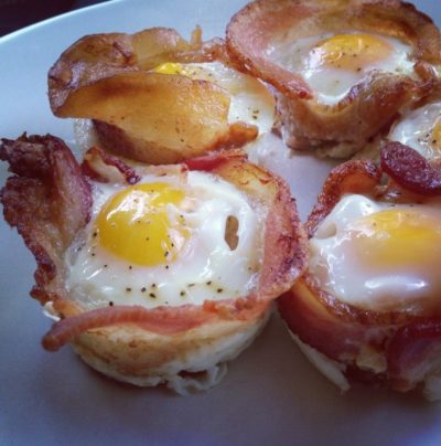 кето диета меню - чашки с беконом и яйцом