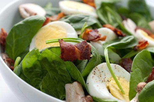 кето с яйцом и шпинатом и беконом